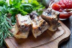Roasted cortou os reforços de carne de porco do assado, foco na carne cortada Fotos de Stock Royalty Free