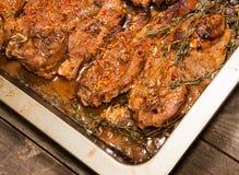 Roasted a coupé le bifteck d'agneau avec le safran et les épices Photo stock