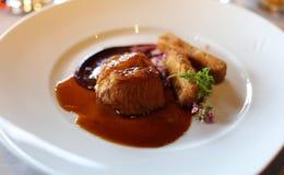 Roasted deboned седловина овечки с panisse и фиолетовой наградой мустарда, кухней роскошной еды уникально в ресторане гастрономии стоковые изображения
