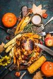 Roasted füllte ganzen Truthahn an, oder Huhn mit organischem Erntegemüse und -kürbis für Danksagungsabendessen diente auf rustika stockbild