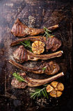Roasted lamb ribs with garlic Royalty Free Stock Photos