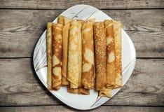 Roasted rollte Pfannkuchen auf einer quadratischen Platte Lizenzfreie Stockfotografie