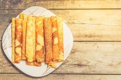 Roasted rullade pannkakor på en fyrkantig platta Top beskådar Arkivfoton