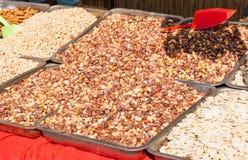 Roasted saltade jordnötter på marknaden Arkivbild