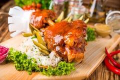 Roasted schnitt Schweinefleischschinken- und -bratengemüse auf dunklem rustikalem Hintergrund lizenzfreie stockfotografie