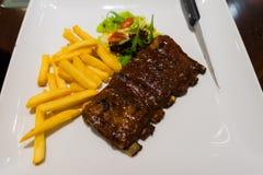 Roasted skivade grillfestgrisköttstöd, fokus på skivat kött Royaltyfri Foto