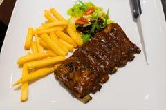 Roasted skivade grillfestgrisköttstöd, fokus på skivat kött Royaltyfri Fotografi