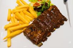 Roasted skivade grillfestgrisköttstöd, fokus på skivat kött Royaltyfri Bild