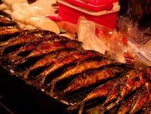 Roasted stekte fisken som mellanmålgatamat i Kina eller Thailand Royaltyfri Fotografi