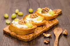 Roasted white bread with gorgonzola cheese Royalty Free Stock Images