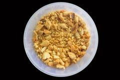 Roasted zerquetschte Erdnüsse in der Plastikschale Lizenzfreie Stockfotos