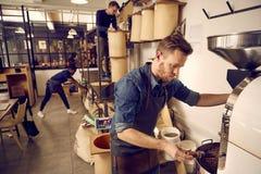 Roastery del caffè e società di distribuzione con gli uomini sul lavoro fotografia stock libera da diritti