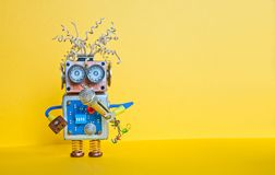Robô amigável com microfone, música do canto Projeto do cartaz do desempenho da leitura da música Brinquedo do cyborg da cara do  foto de stock royalty free