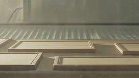 Robô de pintura de madeira automatizado em uma instalação de produção da mobília filme