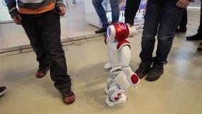 Robô do humanoid da NAO por Intel O robô pode dançar, mover-se e falar vídeos de arquivo