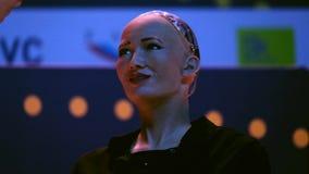 Robô do humanoid de Sophia na conferência das inovações Open no technopark de Skolokovo video estoque