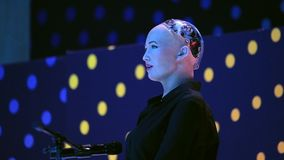 Robô do humanoid de Sophia na conferência das inovações Open no technopark de Skolokovo vídeos de arquivo