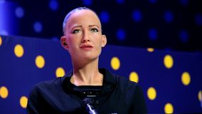 Robô do humanoid de Sophia na conferência das inovações Open no technopark de Skolokovo filme