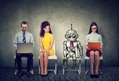 Robô dos desenhos animados que senta-se na linha dos candidatos humanos para uma entrevista de trabalho foto de stock royalty free