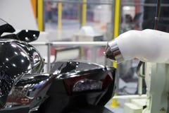 Robô e parte do corpo de pintura do pulverizador fotos de stock