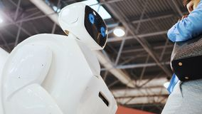 Robô e um homem Tecnologias robóticos modernas O robô olha a câmera na pessoa O robô mostra emoções filme