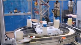 Robô em um close-up da planta industrial video estoque