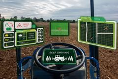 Robô esperto 4 da indústria de Iot 0 conceitos da agricultura, agrônomo industrial, fazendeiro que usa o trator autônomo com o au fotografia de stock
