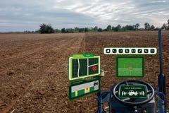 Robô esperto 4 da indústria de Iot 0 conceitos da agricultura, agrônomo industrial, fazendeiro que usa o trator autônomo com o au imagens de stock royalty free
