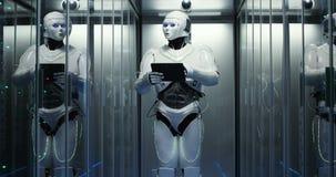 Robô futurista com a tabuleta na sala do servidor