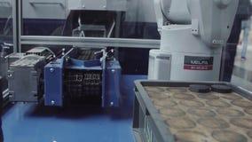 Robô industrial com o transporte na fábrica da fabricação, indústria esperta da fábrica Robô para produtos da distribuição filme
