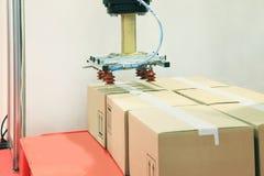 Robô industrial com os copos da sução do vácuo foto de stock