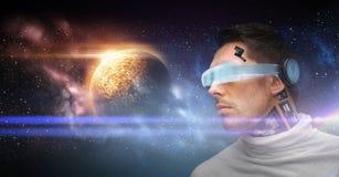 Robô masculino nos vidros 3d e nos sensores sobre o espaço Imagens de Stock Royalty Free