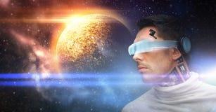 Robô masculino nos vidros 3d e nos sensores sobre o espaço Fotos de Stock Royalty Free
