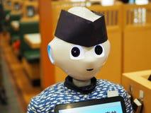 Robô no trabalho em um restaurante de sushi japonês fotografia de stock