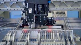 Robô que instala componentes eletrônicos e microplaquetas na placa de circuito 4K filme