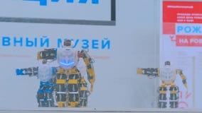 Robôs do Humanoid que dançam na mostra robótico imagem de stock