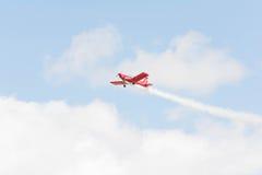 Rob哈里逊翻滚的熊是飞行Zlin 142 免版税库存照片