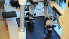 Robô de passeio médico LOKOMAT - robô de passeio - metragem conservada em estoque vídeos de arquivo