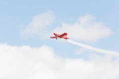 Rob Harrison η πτώση αντέχει πετά ένα Zlin 142 Στοκ φωτογραφίες με δικαίωμα ελεύθερης χρήσης