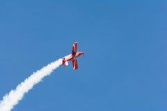 Rob Harrison η πτώση αντέχει πετά ένα Zlin 142 Στοκ Εικόνες