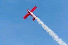Rob Harrison η πτώση αντέχει πετά ένα Zlin 142 Στοκ φωτογραφία με δικαίωμα ελεύθερης χρήσης
