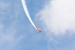 Rob Harrison The Tumbling Bear är att flyga en Zlin 142 Arkivfoto