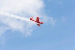 Rob Harrison The Tumbling Bear är att flyga en Zlin 142 Arkivfoton
