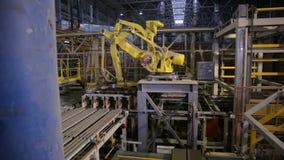 Robô industrial Produtos de montagem do braço robótico em uma planta moderna vídeos de arquivo