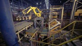 Robô industrial Produtos de montagem do braço robótico em uma planta moderna filme