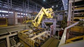 Robô industrial Produtos de montagem do braço robótico em uma planta moderna video estoque