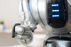 Robô que guarda o vidro da água Imagens de Stock Royalty Free