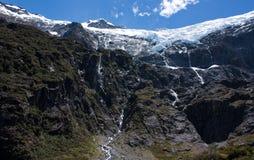 Rob Roy Glacier met watervallen van smeltend water in Nieuw Zeeland worden gemaakt dat stock afbeelding
