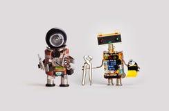 Robôs do brinquedo do reparador com o tubo dos alicates dos tenazes de brasa das chaves de fenda da colagem Trabalhadores amigáve imagem de stock