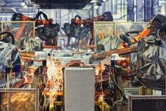 Robôs em uma fábrica do carro Fotografia de Stock